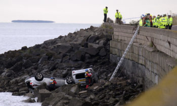 2 Cars smashed through Sea Wall and landed on rocks at Gypsy Brae in Edinburgh.